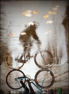 bocah di atas sepeda