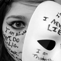 Puisi Anti Bullying: Topeng Kata-Kata (Lekuk wajah yang tergerus wacana)