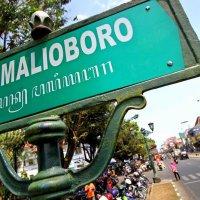 Puisi Perenungan: Di Malioboro (Bulan dihirup hilang kembali oleh Merapi)